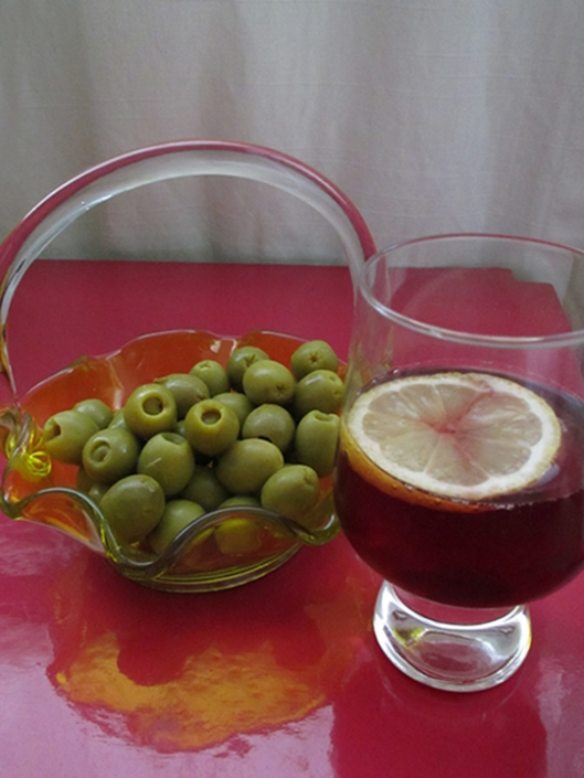 aceitunas con jamon serrano, washed down with chilled tinto de verano